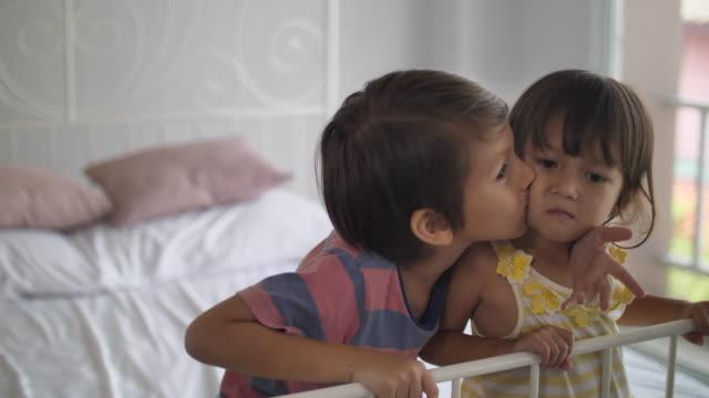 兄弟姉妹のキス - 兄弟姉妹点の映像素材/bロール