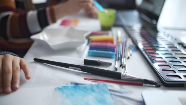 brother and sister learn painting at home - sztuka i rzemiosło wytworzony przedmiot filmów i materiałów b-roll