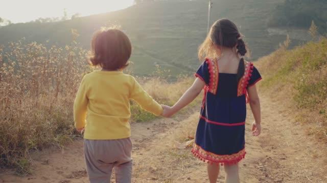 緑豊かな森を走る兄妹 - 全身点の映像素材/bロール