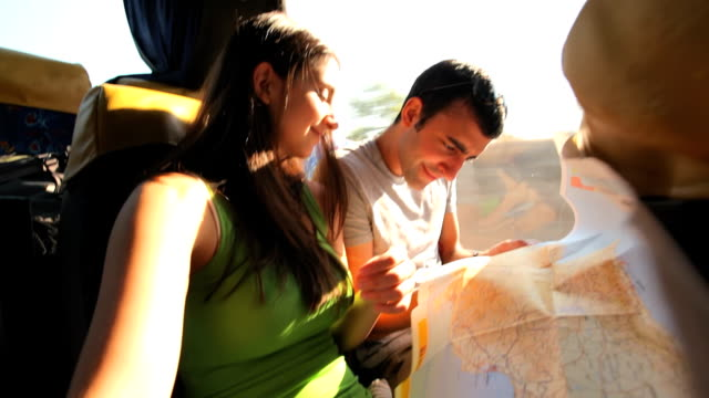 stockvideo's en b-roll-footage met brother and sister traveling together - roadmap
