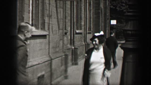 1937: bruder trifft sich mit glücklich schwester auf straßen der stadt. - new work stock-videos und b-roll-filmmaterial