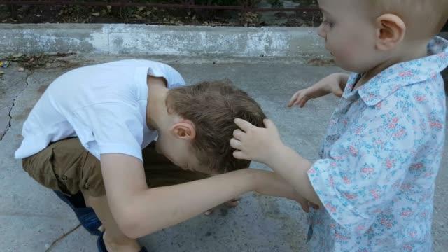 兄弟の演奏と一緒に戦って - 兄弟姉妹点の映像素材/bロール