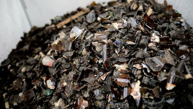 braun zerbrach leere flaschen in beutel zum recycling-rückgewinnung von abfällen - altglas stock-videos und b-roll-filmmaterial