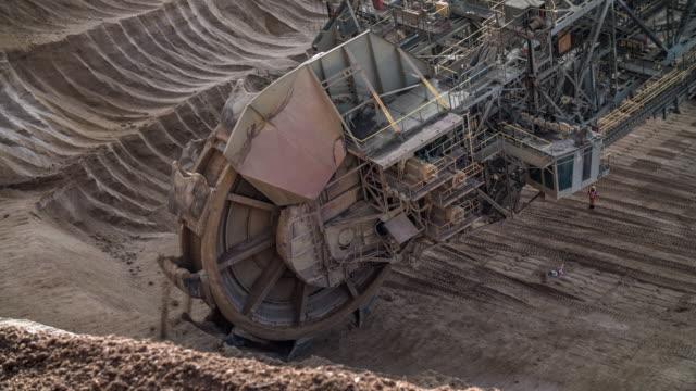 brown coal mining  - eimer stock-videos und b-roll-filmmaterial