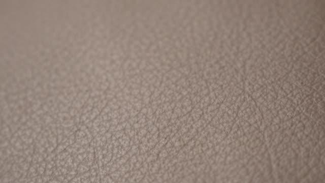 stockvideo's en b-roll-footage met bruin eigentijdse donkere bank fijne textuur traag kantelen 3840 x 2160 uhd beeldmateriaal - huid van een proefdier leerbank gedetailleerde oppervlakte ondiepe dof kantelen 2160p van 4k uhd video - dierenhuid huid