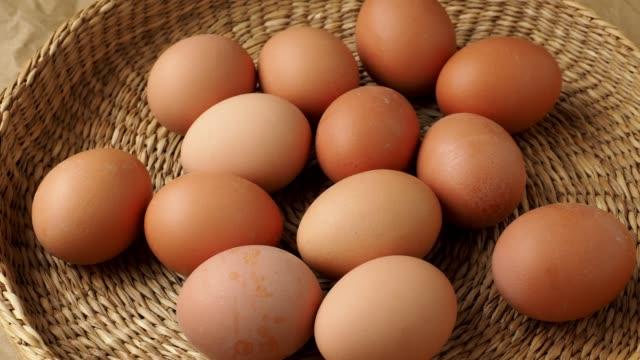 stockvideo's en b-roll-footage met bruine eieren in de mand. dieetproducten. biologische verse eieren. - ei