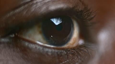 vídeos de stock e filmes b-roll de castanho ocular ecu de um afro-americano pessoa - castanho