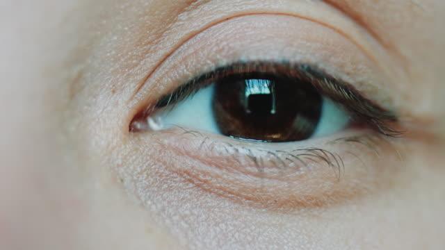 vidéos et rushes de brown eyes femmes en regardant la caméra - dermatologie