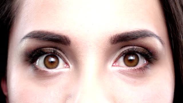 ブラウンの女性の目に点滅します。クローズアップ - 検眼医点の映像素材/bロール