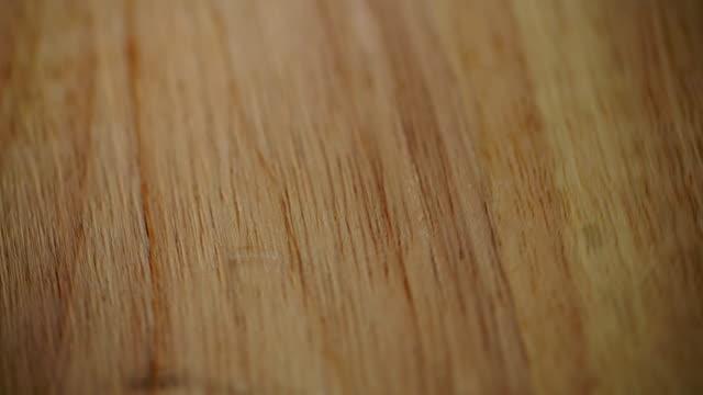 ブラウンの木製デスクの背景 - 木目点の映像素材/bロール