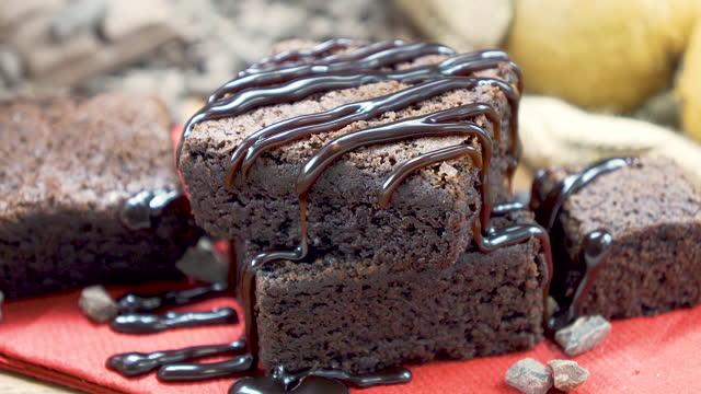 vídeos y material grabado en eventos de stock de brownie con salsa de chocolate y fresa - glaseado para postres