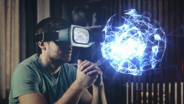 esplorazione di un ologrammi negli occhiali di realtà virtuale - occhiali protettivi video stock e b–roll