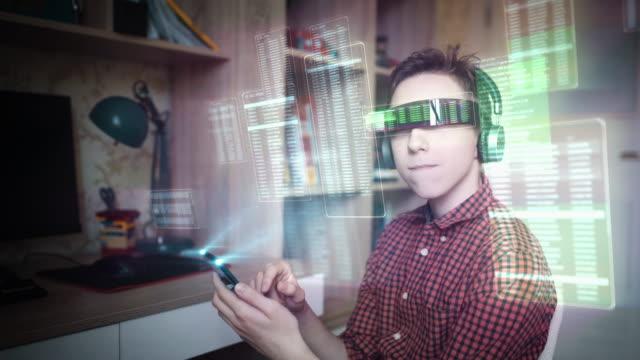 vídeos de stock, filmes e b-roll de navegando em um mundo virtual em óculos de realidade aumentada - holograma