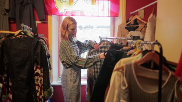 navigazione in un negozio di parsimonia - abbigliamento video stock e b–roll