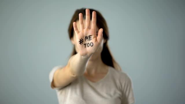 donna contusa con me firma anche a portata di mano, movimento contro molestie sessuali - violenza donne video stock e b–roll