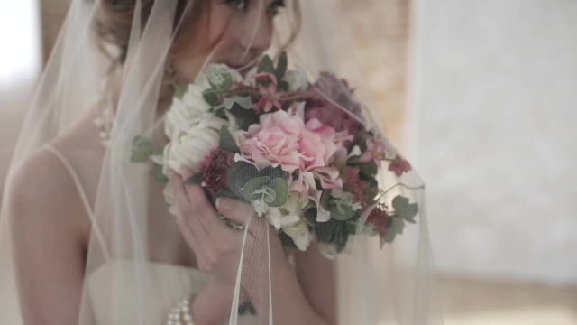 brunett brud i mode vit brudklänning med smink - aftonklänning bildbanksvideor och videomaterial från bakom kulisserna