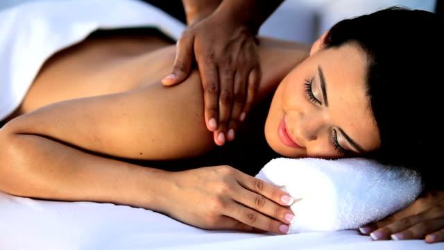 vidéos et rushes de brunette fille de détente avec massage - soin spa