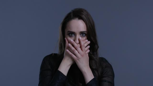 vidéos et rushes de modèle brune haute couture se déplace ses mains, se cache sa bouche. mode vidéo. - crayon à lèvres