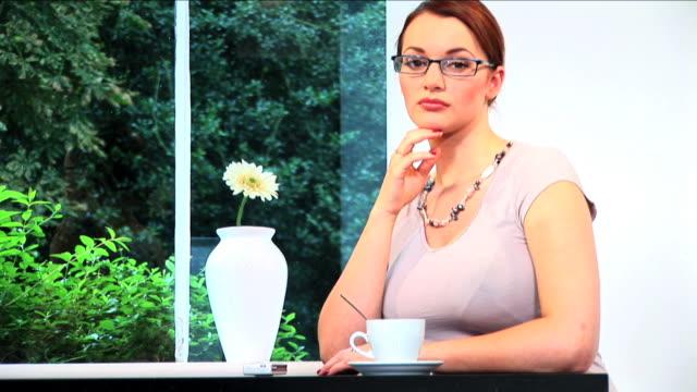 stockvideo's en b-roll-footage met brunette successful businesswoman portrait - ridderlijkheid