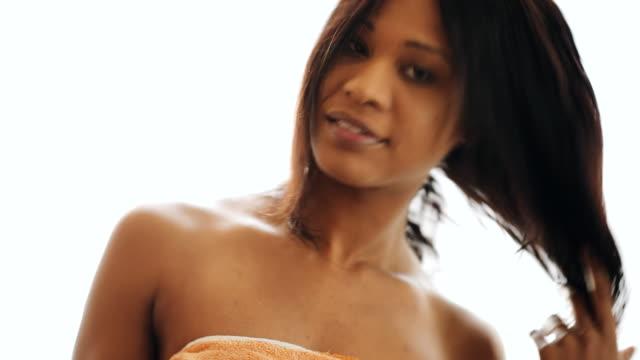 白い背景に分離された彼女の髪をブラッシング タオルでブルネットの女性 - ブラシ点の映像素材/bロール