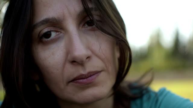 vídeos y material grabado en eventos de stock de morena mujer observando un la cámara, tristeza concepto - ojo morado