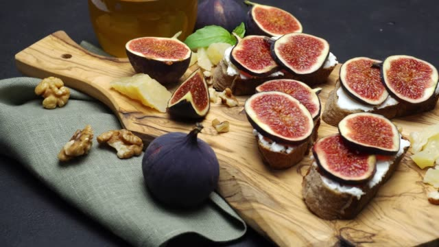 Bruschetta with figs and creme goat cheese video