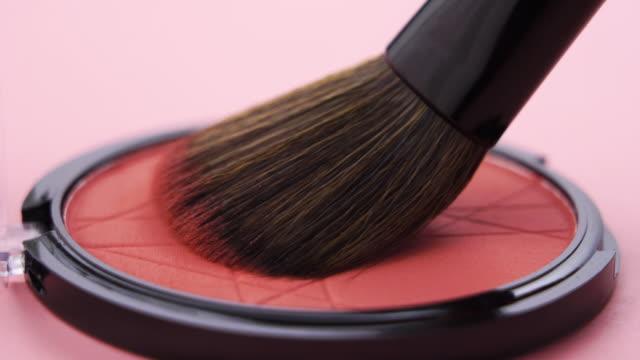 vídeos de stock e filmes b-roll de brush on make up with close up shot - sombra para os olhos