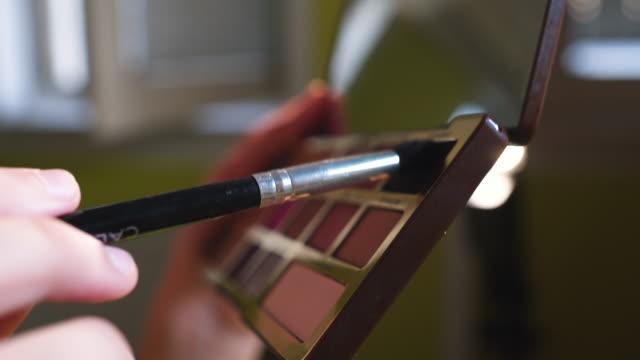 vídeos de stock e filmes b-roll de brush set for make-up - sombra para os olhos