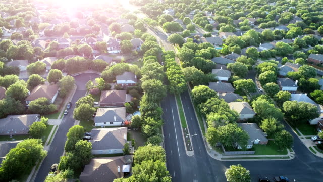 vídeos de stock e filmes b-roll de slow motion: brushy creek suburbs north of austin , texas - suburbano