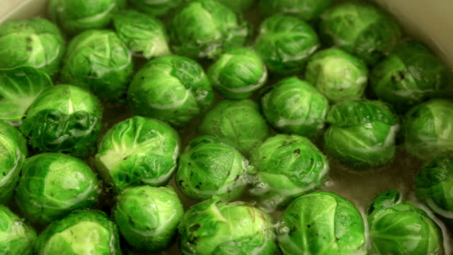 stockvideo's en b-roll-footage met brussels sprouts boiling; close up; - spruitjes