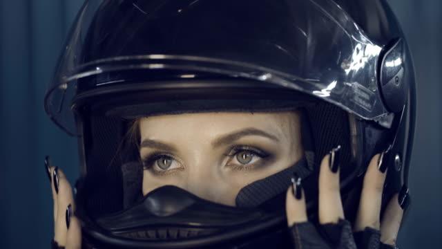 vidéos et rushes de fille brutale de motard. - moto sport