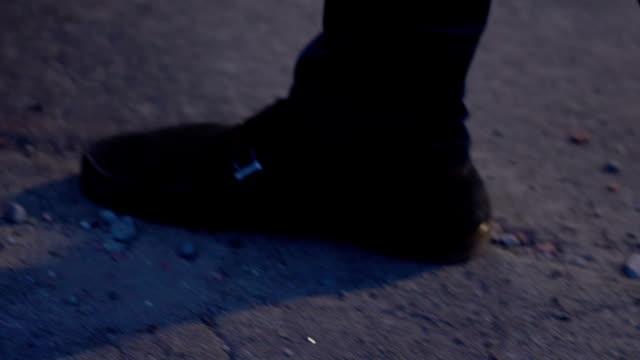 brutale assassino che si sbarazza del cadavere della donna nel bagagliaio dell'auto, sequestro di persona - cadavere video stock e b–roll