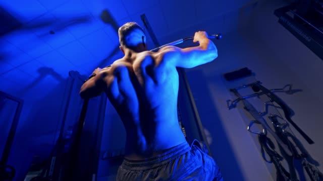 vidéos et rushes de hommes athlétiques forts brutaux pompant vers le haut des muscles. - body building