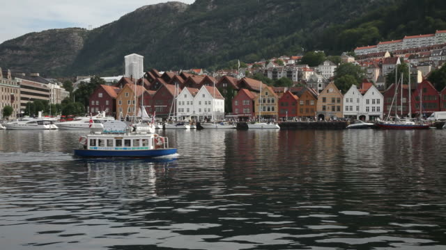 vídeos y material grabado en eventos de stock de bryggen en bergen taxi en bote. - bergen