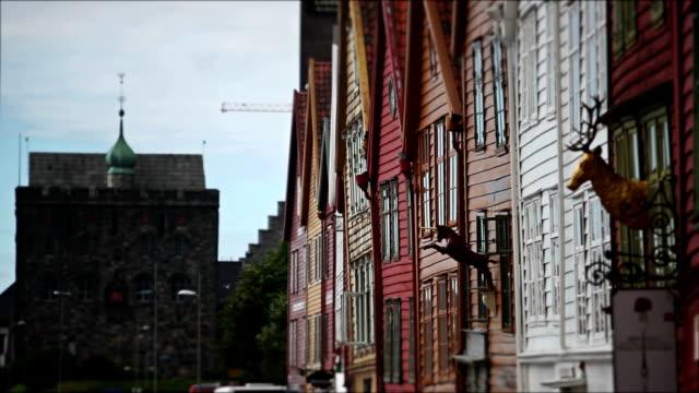vídeos y material grabado en eventos de stock de bryggen old town casas de madera y crucero en bergen - bergen