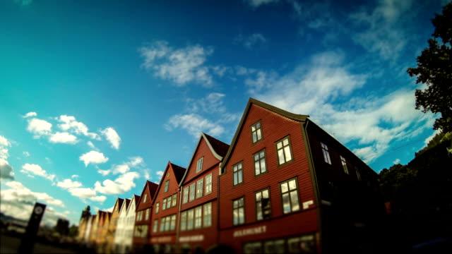 vídeos y material grabado en eventos de stock de bryggen old town casas de madera en bergen - bergen