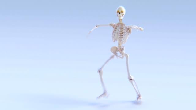 b-iskelet: bir insan iskelet breakdancing animasyon. - i̇nsan i̇skeleti stok videoları ve detay görüntü çekimi
