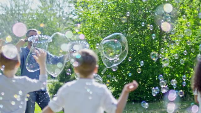 stockvideo's en b-roll-footage met bubble blower uitvoeren op kids feestje - reus fictief figuur