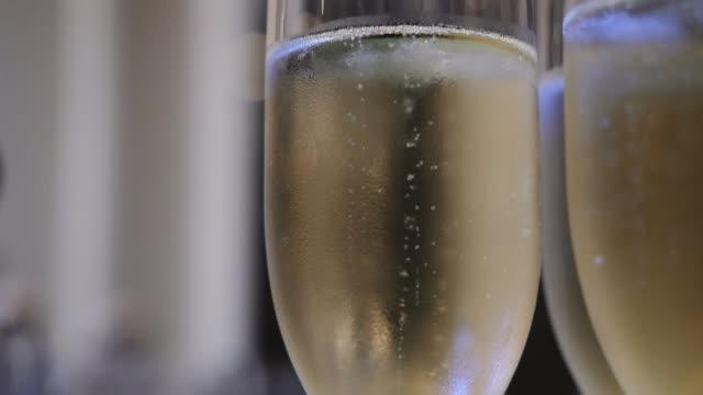 vidéos et rushes de bulles dans des glaces de champagne - champagne