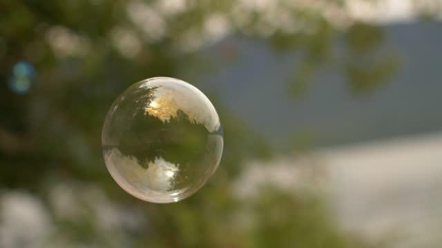 slo-mo'da baloncuklar - mountain top stok videoları ve detay görüntü çekimi