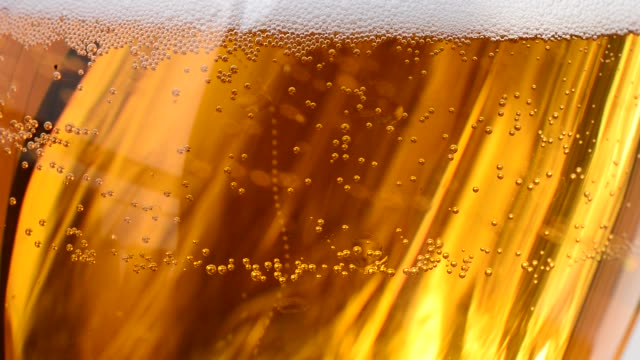 bubbles in the beer glass. no camera movement - tap water стоковые видео и кадры b-roll