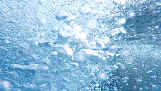bewegung der luftblasen im blauen wasser in zeitlupe - blasen stock-videos und b-roll-filmmaterial