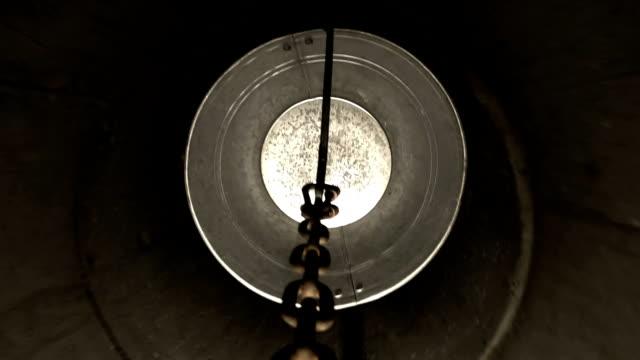 il secchio solleva l'acqua da un pozzo - acqua dolce video stock e b–roll