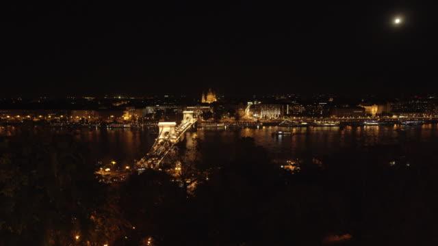 budapest och széchenyi hängbron på natten - turistbåt bildbanksvideor och videomaterial från bakom kulisserna