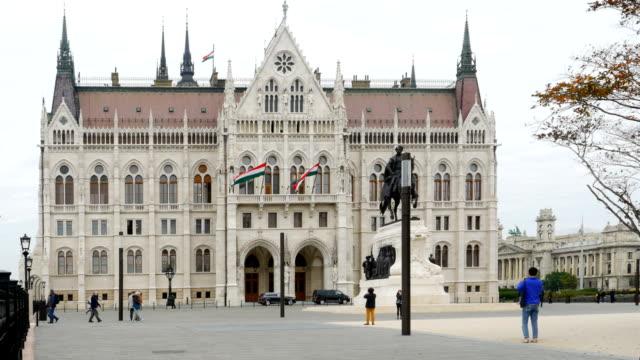 vídeos de stock, filmes e b-roll de parlamento húngaro de budapeste e a estátua de gyula andrássy - hungria