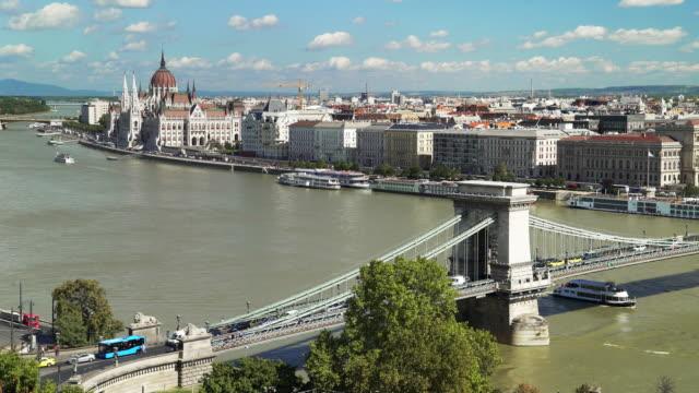 budapest skyline och kedjebron i slutet av sommaren - turistbåt bildbanksvideor och videomaterial från bakom kulisserna