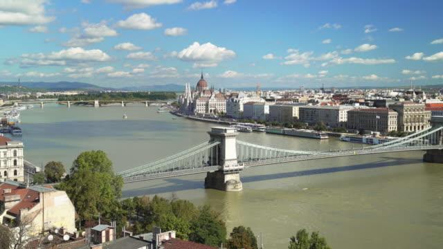 budapest skyline med hängbron och parlamentet - turistbåt bildbanksvideor och videomaterial från bakom kulisserna