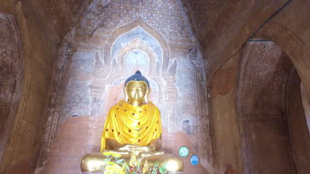 buddhas statue in the temple - верующий стоковые видео и кадры b-roll