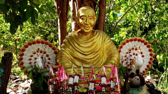 vídeos de stock, filmes e b-roll de monges altar - característica arquitetônica