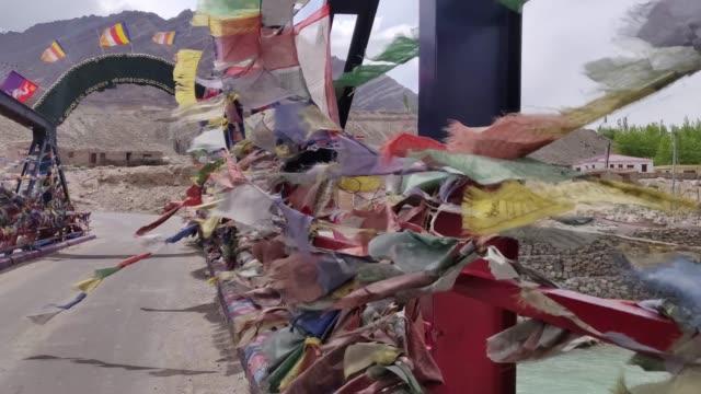 buddhistische flaggen schmeicheln an den seiten einer brücke in der region ladakh. - himachal pradesh stock-videos und b-roll-filmmaterial